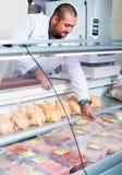 Дисплей продавца близко с цыпленком Стоковые Изображения