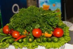 Дисплей свежих ингридиентов салата на рынке Стоковое фото RF