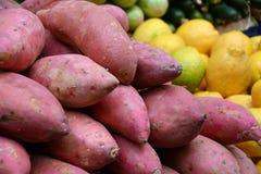 Дисплей сладких картофелей или бататов на рынке фермеров Стоковое фото RF