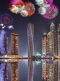 Дисплей фейерверков Нового Года в Марине Дубай, Дубай, ОАЭ стоковые фото