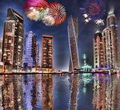 Дисплей фейерверков Нового Года в Марине Дубай, Дубай, ОАЭ стоковые изображения