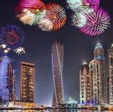 Дисплей фейерверков Нового Года в Марине Дубай, Дубай, ОАЭ стоковые фотографии rf