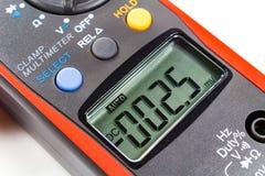 Дисплей LCD цифрового крупного плана вольтамперомметра струбцины Стоковые Фото