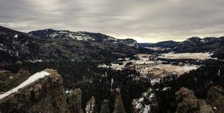 Дистантная долина горы на день overcast Стоковые Изображения