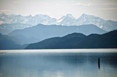 Дистантные горы вокруг озера Harrison Стоковая Фотография RF