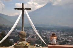 Дистантный взгляд вулкана El Fuego o Acatenango с крестом и Стоковая Фотография