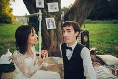 Дистантный взгляд молодого кавказца включил пар на романтичном picni стоковое фото rf