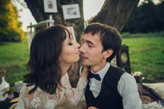 Дистантный взгляд молодого кавказца включил пар на романтичном picni стоковое изображение
