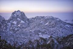 Дистантный взгляд горы huangshan Snowy стоковая фотография rf