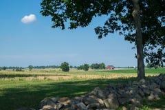 Дистантный красный амбар в Gettysburg, Пенсильвании обозревая сельский l Стоковые Изображения