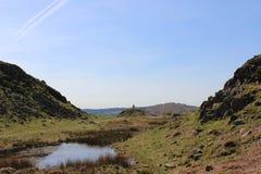 Дистантный ходок холма указывая путь, Loughrigg Стоковое Изображение