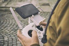 Дистанционное управление трутня в человеке руки Operating человека трутня летания Стоковое Фото