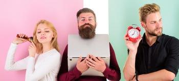 Дисциплина и время Некоторые людей всегда бегут поздно Почему женщины всегда последние Волосы девушки чистя щеткой пока люди рабо стоковое изображение rf