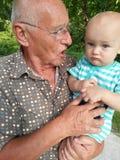Дисциплина: Дед исправляя внука стоковая фотография rf