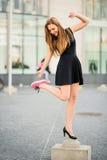 Дилемма ботинка - тапки против высоких пяток стоковое фото