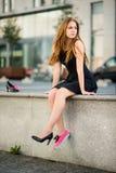 Дилемма ботинка - тапки против высоких пяток стоковые фотографии rf