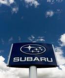 Дилерские полномочия и знак автомобиля Subaru Стоковая Фотография RF