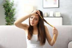 Длина волос молодой женщины измеряя стоковое фото rf