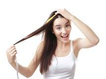 Длина волос молодой женщины измеряя стоковое изображение rf