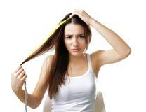Длина волос молодой женщины измеряя стоковая фотография rf