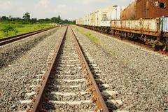 Длина поезда станции железнодорожного пути стоковые фотографии rf
