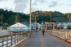 Длинная деревянная пристань в пляже Авила маленького города, Тихоокеанском побережье, Калифорния стоковые изображения