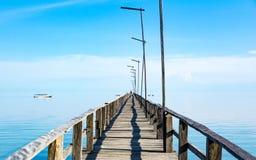 Длинная деревянная пристань и бесконечное море стоковая фотография rf