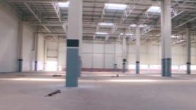 Длинная и большая зала продукции в зоне промышленного производства Сцена Большое пустое здание сток-видео