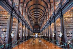 Длинная комната в старой библиотеке на коллеже Дублине троицы стоковая фотография rf