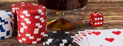 Длинная концепция вещей для играть покер и стекло с питьем, деревянной предпосылкой Стоковые Изображения RF