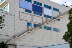 Длинная лестница соединяет аварийные выходы всех полов на наружной стене больших покупок и развлекательного центра стоковая фотография rf