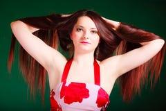 Длинная с волосами женщина создавая coiffure Стоковая Фотография