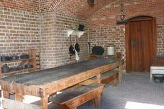 Длинная таблица приветствовала много солдат к горячей еде в конце 1800-х годов стоковые фото