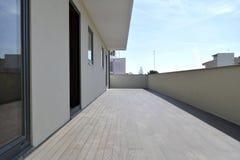 Длинная терраса новой квартиры стоковое изображение rf