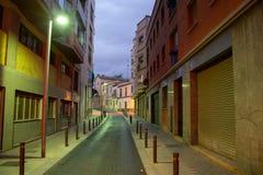 Длинная улица со столбами водя в uknown Барселоны стоковое фото