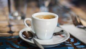 Длинная чашка эспрессо стоковые изображения