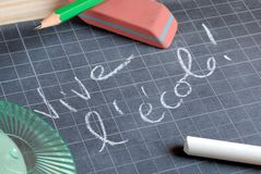Длинная школа в реальном маштабе времени написанная во французском стоковое изображение
