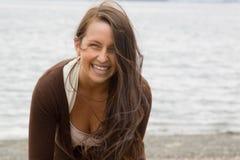 длиннее красивейшего брюнет пляжа с волосами Стоковое Изображение RF