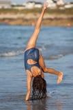 Длинние с волосами игры девушки в воде Стоковая Фотография
