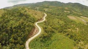 Длинное и извилистая дорога пропуская через зеленые холмы Остров Busuanga Coron вид с воздуха philippines акции видеоматериалы