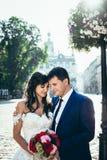 длинной с Полу внешний портрет прелестных стильных пар свадьбы мягко обнимая, стоящ на равных и держать Стоковые Изображения RF