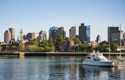 Длинные причал и блок таможни с парусниками и яхтами внутри в Бостоне стоковая фотография
