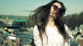 Длинные развевая волосы красивой женщины в белом платье сток-видео
