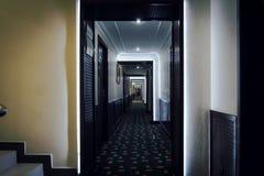 Длинный коридор в квартире Длинний путь стоковые изображения