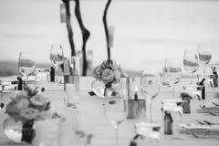 Длинный обедающий свадьбы таблицы настроил на пляже на Таиланде Стоковые Изображения RF