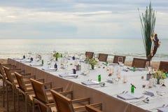 Длинный обедающий свадьбы таблицы настроил на пляже Стоковые Фотографии RF