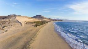 Длинный пляж с белым песком, дюны, море развевает, Коста Calma, Фуэртевентура, Стоковые Фотографии RF