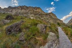Длинный путь горы следа в стране Georgia Стоковые Фото