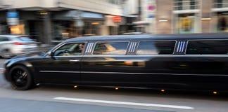 Длинный роскошный лимузин быстро проходя в городе Стоковые Фото