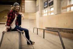 Длинный с волосами человек в парке конька стоковые фотографии rf